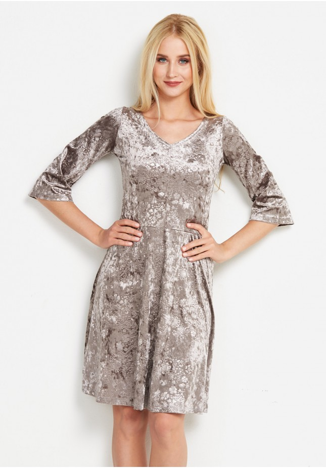 Welurowa sukienka z dekoltem karo