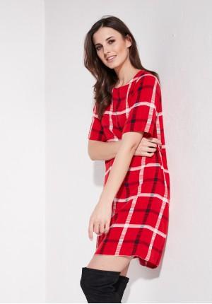Czerwona sukienka w kratkę