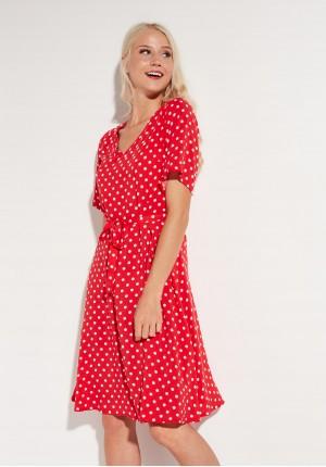 Czerwona sukienka w kropki z wiązaniem w pasie
