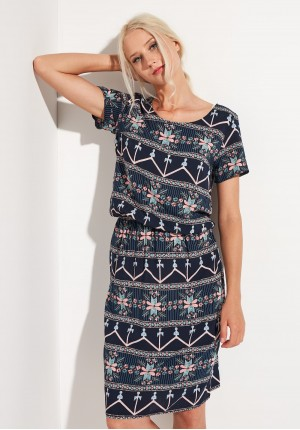 Granatowa sukienka z marszczeniem