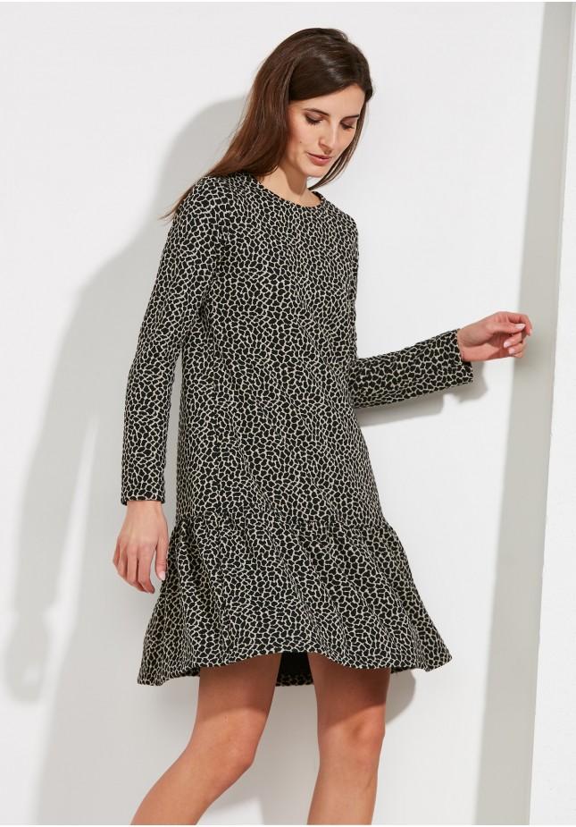 Sukienka w cętki z falbaną