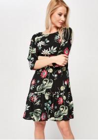 Sukienka z czerwonymi kwiatami