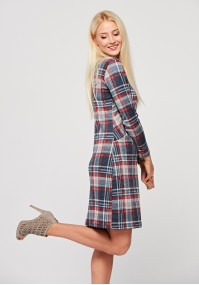 Dopasowana sukienka w kratkę z czerwienią
