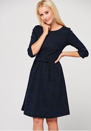 Elegancka sukienka odcinana w talii