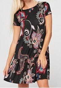 Sukienka w czerowne wzory z falbaną