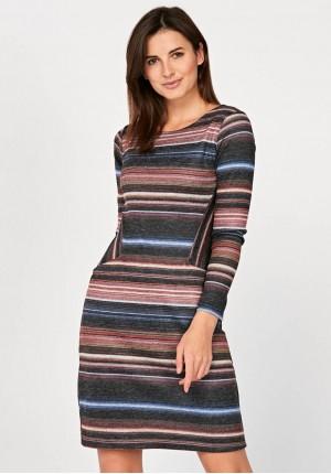 Dopasowana sukienka z kieszeniami