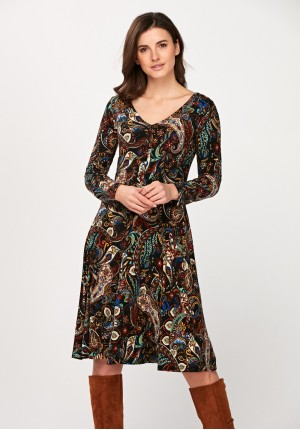 Rozkloszowana sukienka w roślinny motyw