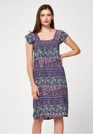 Sukienka z kwadratowym dekoltem